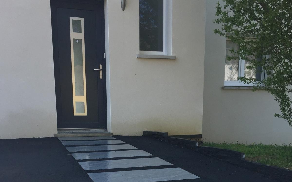 Entreprise Amenagement Exterieur Moselle création entrée de maison en dallage et enrobé noir à chaud
