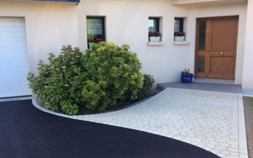 Entr e de maison en pav la couture enrob noir chaud concarneau - Entree de garage en pave ...