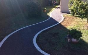 Allée de jardin en enrobé noir à chaud aménagé par Allée Créative à ...