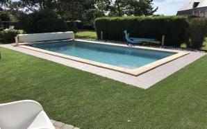 Création Plage de piscine en gazon synthétique