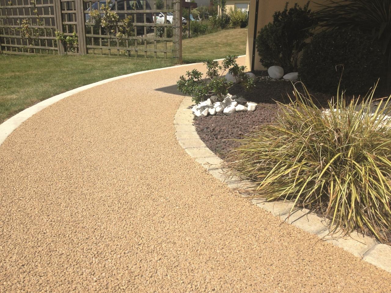 Une all e de jardin ou une terrasse en gravillons fix s par une entreprise - Www daniel moquet com ...