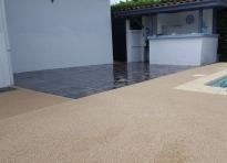 Exemple plage de piscine en b ton poreux et pavage for Piscine ustaritz