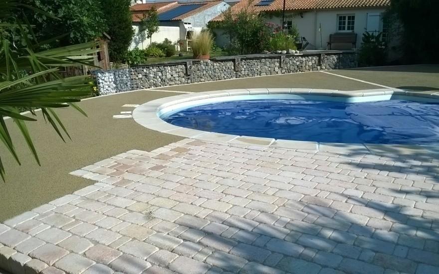 Cr ation plage de piscine en b ton poreux et pavage entreprise talon en ve - Contour de piscine en pierre ...