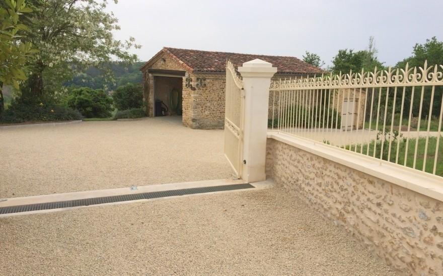 Exemple all e de garage en gravistar beige r alis par moulharat p rigueux - Allee de garage en gravier stabilise ...