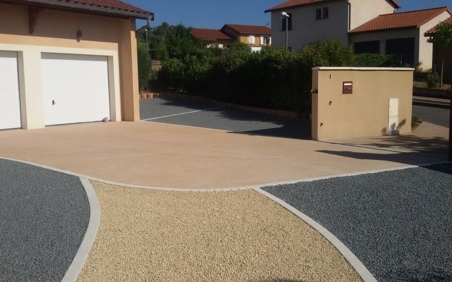 Exemple cour en b ton d sactiv et alv ostar r alis par for Descente de garage en beton desactive