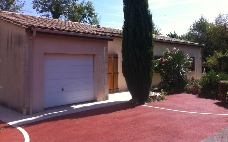 Conception all e de garage en b ton poreux rouge r alis for Allee de garage en beton
