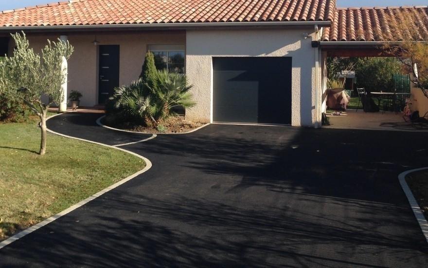 conception all e de garage en enrob noir chaud r alis par bagur seilh. Black Bedroom Furniture Sets. Home Design Ideas