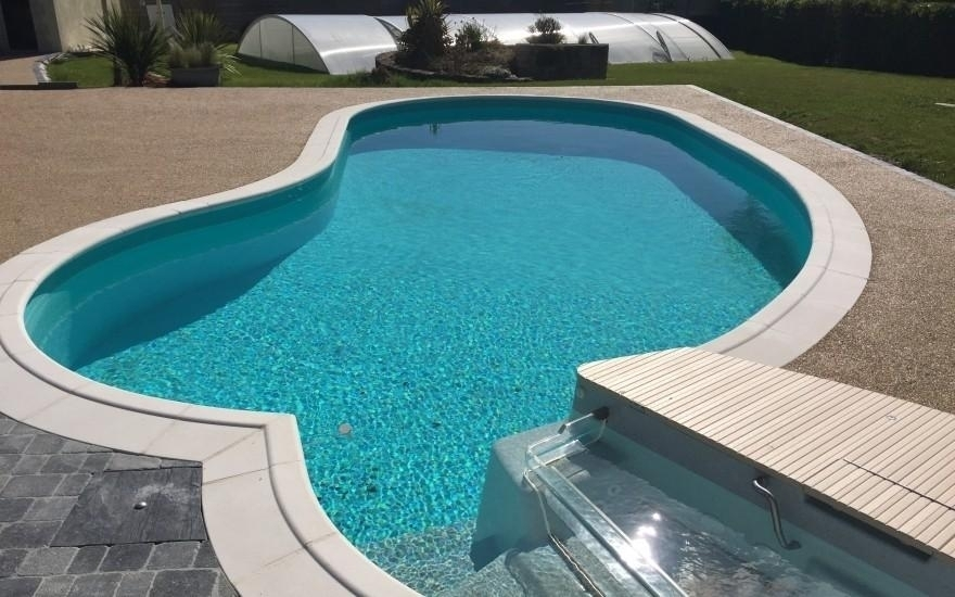 R alisation plage de piscine en min ralstar r alis par for Piscine des herbiers