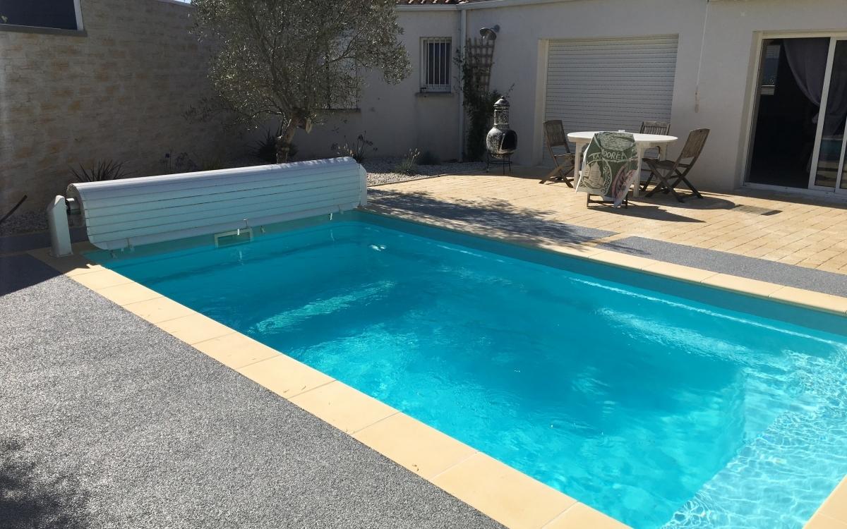 plage de piscine en hydrostar r alis par le bourdais pr s de la rochelle. Black Bedroom Furniture Sets. Home Design Ideas